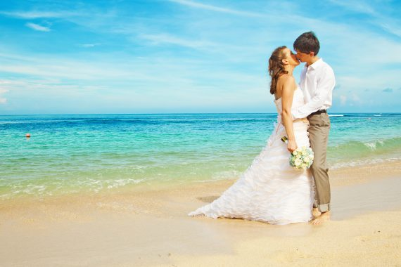 bride_and_groom_kissing_on_the_beach